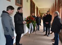 Im Kreuzgang der Pfarrei Heilig Kreuz legte Oberb�rgermeister Thomas Hirsch gemeinsam mit B�rgermeister Dr. Maximilian Ingenthron, Vertretern der Kirchen und des Stadtrates einen Kranz nieder