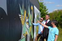 Till Heim, B�rgermeister Dr. Maximilian Ingenthron und Uli Roth (v.r.n.l.) pr�sentieren die neuen Graffitis an der Br�cke S�d