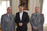 Oberst Erwin Mattes (l.) und Oberstleutnant d.R. Bj�rn Kilian (r.) zum Antrittsbesuch bei Oberb�rgermeister Thomas Hirsch (m.)