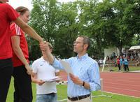 B�rgermeister Dr. Maximilian Ingenthron bei der Siegerehrung der Pfalzmeisterschaften im S�dpfalzstadion