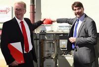 Oberb�rgermeister Thomas Hirsch und Uwe Rettner (Leiter Vertrieb Kommunen bei Vodafone) am WLAN-Hotspot Markstra�e/Gymnasiumstra�e