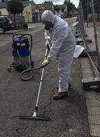 Die Mitarbeiter der beauftragten Fachfirma reinigen das asbestbelastete Gebiet rund um den Brandort seit Montag mit Spezialsaugern