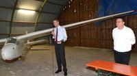 B�rgermeister Dr. Maximilian Ingenthron und Thilo Ott vom Aero-Club Landau/Pfalz e.V. er�ffnen gemeinsam die Segelflugmeisterschaften auf dem Ebenberg