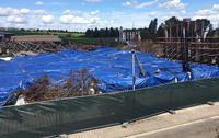 Im Zuge der Reinigungsarbeiten wurde auch die Brandstelle teilweise mit einer Plane abgedeckt, um ein Aufwirbeln von Asbest zu verhindern