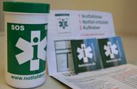 Die Notfalldose enthält ein Datenblatt, auf dem für einen Notfall relevante medizinische Daten eingetragen werden können. Die Dose wird gut sichtbar in die Tür des Kühlschranks gestellt.