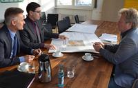 Wickert-Standortleiter Johannes Weber erl�uterte Oberb�rgermeister Thomas Hirsch und Wirtschaftsf�rderer Martin Messemer die Pl�ne f�r den Wiederaufbau der abgebrannten Halle.