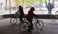 Praxis: Die Teilnehmerinnen des Fahrradkurses machten sich im Hof der Pestalozzi-Grundschule mit dem Zweirad vertraut.