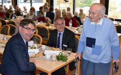 Oberbürgermeister Thomas Hirsch (l.) und Bethesda-Geschäftsführer Dieter Lang (r.) auf der zehnten Ü-90 Party im Diakoniezentrum Bethesda.
