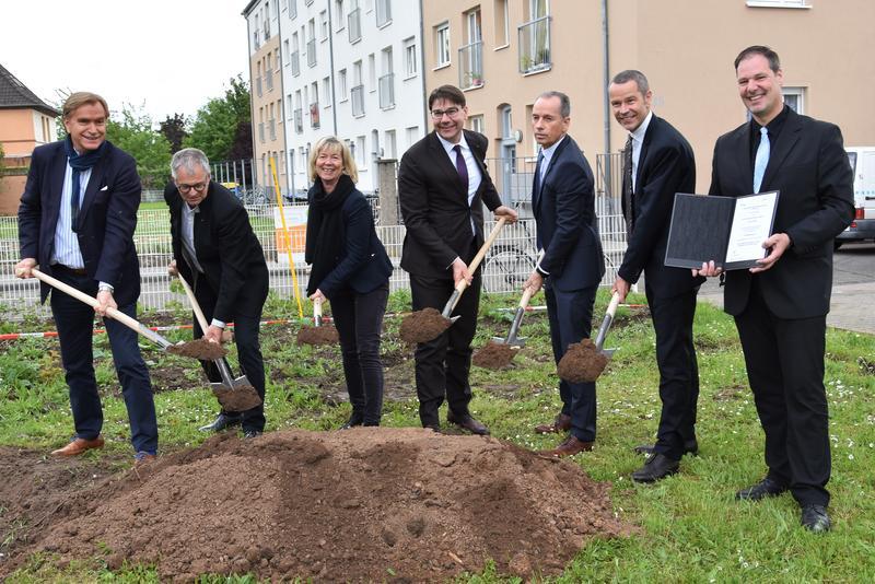 100 Prozent sozial geförderter Wohnungsbau: Spatenstich zum ersten Neubauprojekt des städtischen Gebäudemanagements in Landau – Finanz- und Bauministerin Ahnen übergibt Förderbescheid