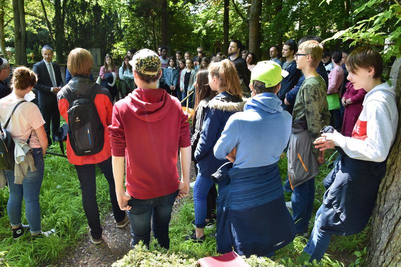 Ein besonderer Baustein der Erinnerungskultur in Landau: Schülerinnen und Schüler übernehmen Pflegepatenschaften für Grabsteine auf dem Jüdischen Friedhof