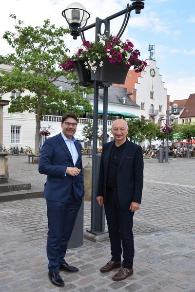 Firma Möbel Ehrmann sponsert Blumenschmuck in der Landauer Fußgängerzone
