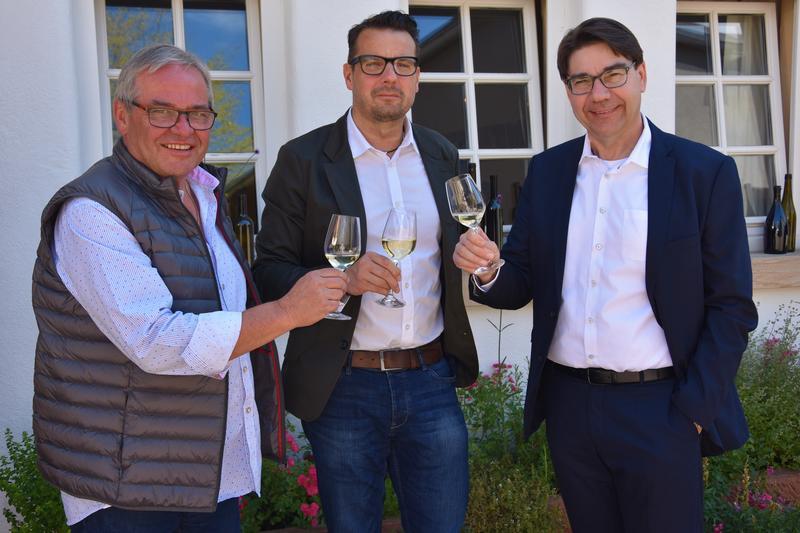 Franz Müller, langjähriger Geschäftsführer des Landauer Büros für Tourismus, sein Nachfolger Bernd Wichmann und Oberbürgermeister Thomas Hirsch (v.l.n.r.) bei der Vorstellung im Weingut Stentz in Mörzheim.