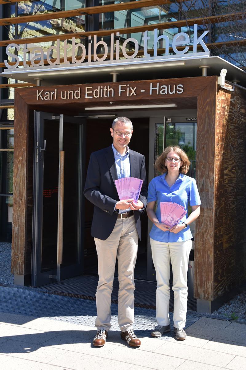 Freuen sich bereits auf das neue Halbjahresprogramm der Landauer Büchereitage in der Stadtbibliothek: Bürgermeister und Kulturdezernent Dr. Maximilian Ingenthron und Bibliotheksleiterin Amelie Löhlein.
