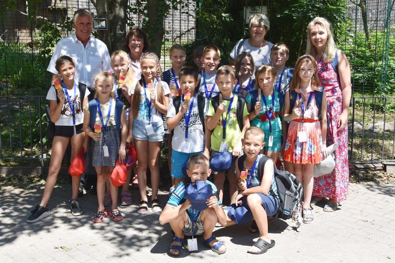 Herzlich Willkommen in Landau: Beigeordneter Rudi Klemm (l.) hat jetzt fünfzehn Kinder aus dem weißrussischen Shitkowitschi in der Stadt begrüßt und zu einem Ausflug in den Landauer Zoo geladen.