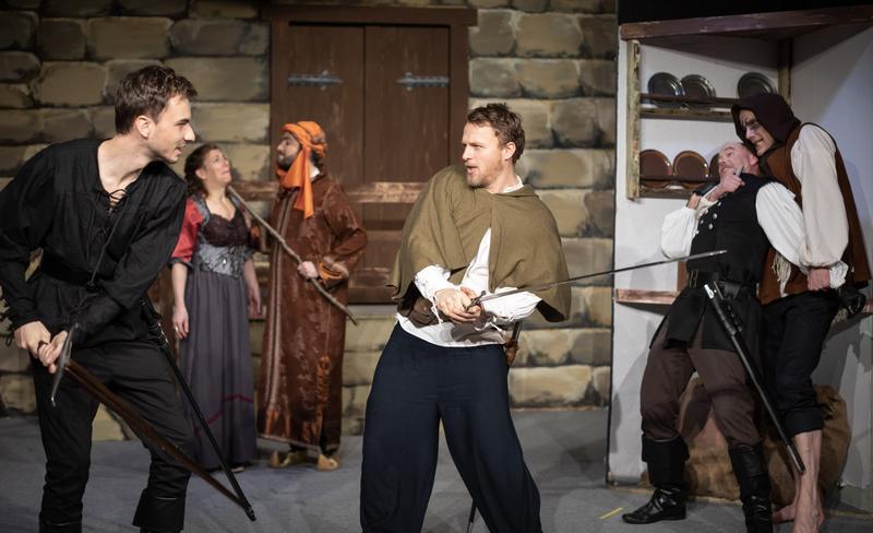 """Kleine Bühne, großes Theater: Seit 40 Jahren begeistert die Queichheimer Theatertruppe ihr Publikum. Hier eine Spielszene ihres aktuellen Stücks """"Robin Hood – Die Legende von der Menschlichkeit""""."""