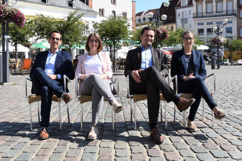 Stühlerücken bei der Stadtverwaltung Landau: Alexander Siegrist, Ricarda Bodenseh, Michael Niedermeier und Jana Reiland (v.l.n.r.) freuen sich auf ihre neuen Aufgaben.