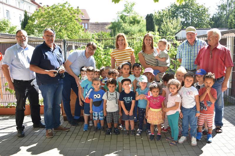 Große Freude bei der offiziellen Übergabe des neuen Hochbeets auf dem Außengelände der Kita Stadtpiraten im Landauer Nordring.