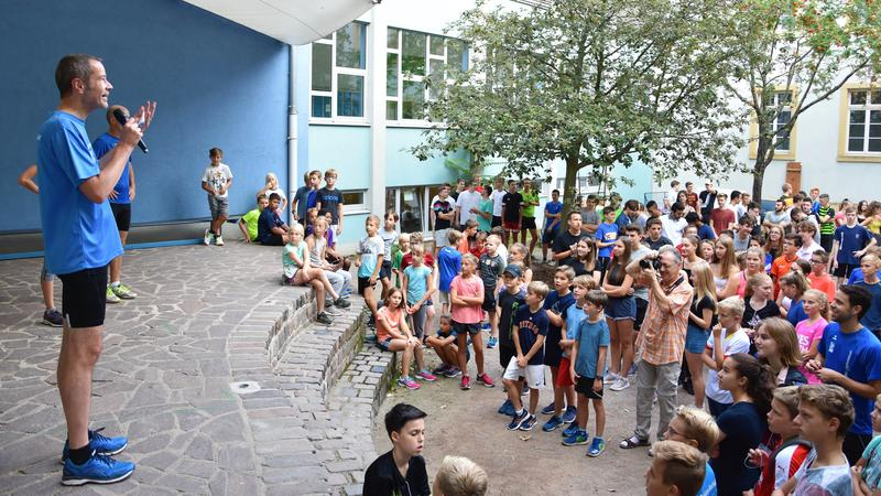 Bei bestem Wetter konnte Bürgermeister und Sportdezernent Dr. Maximilian Ingenthron (l.) den diesjährigen OHG-Lauf des Landauer Otto-Hahn-Gymnasiums eröffnen.