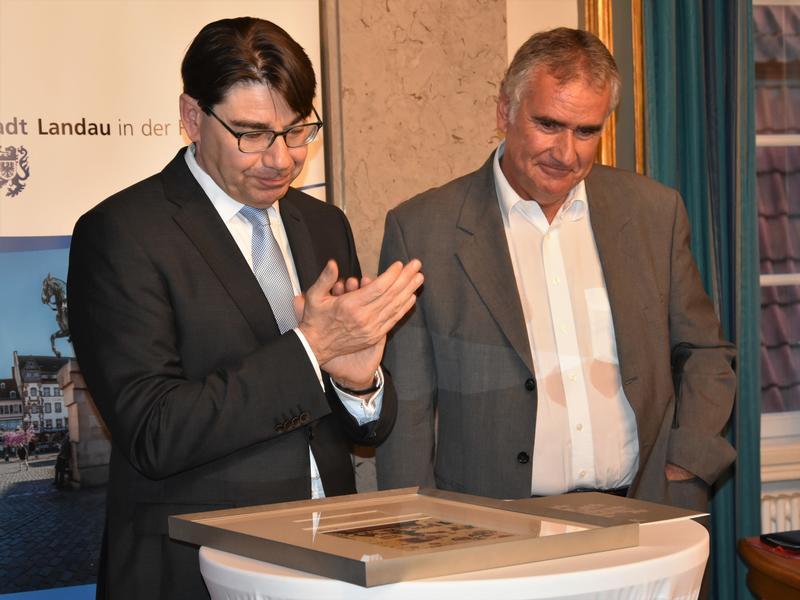 Bei einer Feierstunde im historischen Ratssaal des Rathauses wurde Landaus langjähriger ehrenamtlicher Beigeordneter Rudi Klemm (r.) jetzt von OB Thomas Hirsch offiziell verabschiedet.
