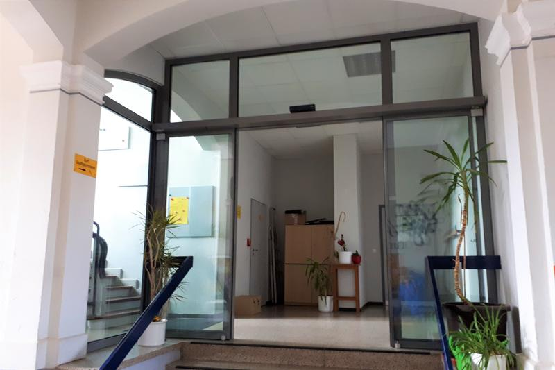 Die abgeschlossene Maßnahme des städtischen Gebäudemanagements am Eingang der Grundschule Queichheim.