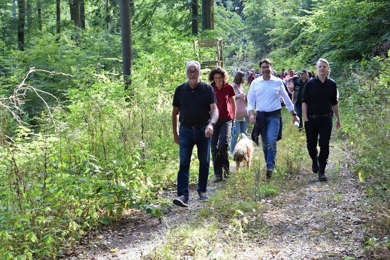 Gute Laune im Stadtwald: Gemeinsam mit Mitarbeiterinnen und Mitarbeitern des Forstamts Haardt lud OB Thomas Hirsch jetzt zur Waldbegehung auf den Taubensuhl.