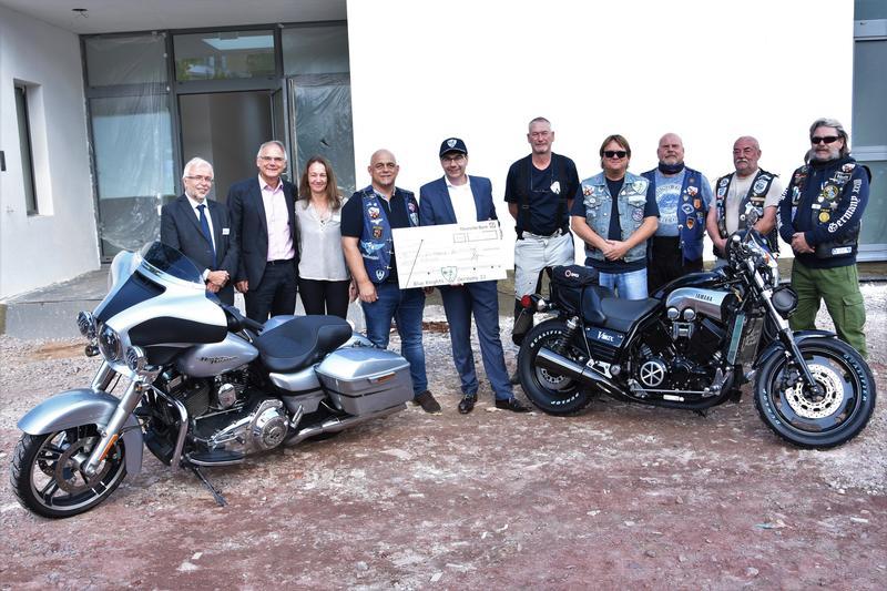 """Zum wiederholten Mal spendeten die Biker des Motorradclubs """"Blue Knights"""" jetzt für das stationäre Hospiz auf dem Gelände des Landauer Bethesda."""