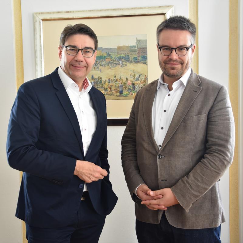 Kollegialer Austausch im Landauer Rathaus: OB Thomas Hirsch (l.) und Bundestagsabgeordneter Dr. Tobias Lindner.