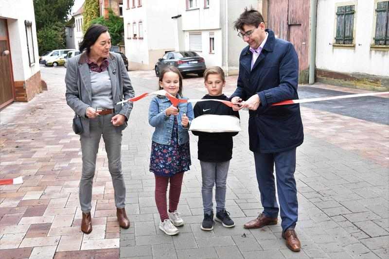 Landaus Oberbürgermeister Thomas Hirsch und Mörzheims Ortsvorsteherin Dorothea Müller gaben gemeinsam mit tatkräftiger Unterstützung aus dem Ort die Herren- und die Unterstraße jetzt wieder für den Verkehr frei.