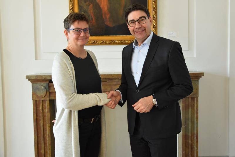 Die neue Leiterin der Abteilung Stadtplanung und Stadtentwicklung, Kerstin Weinbach, wurde jetzt im Rahmen einer kleinen Feierstunde von Oberbürgermeister Thomas Hirsch offiziell im Team der Stadtverwaltung begrüßt.