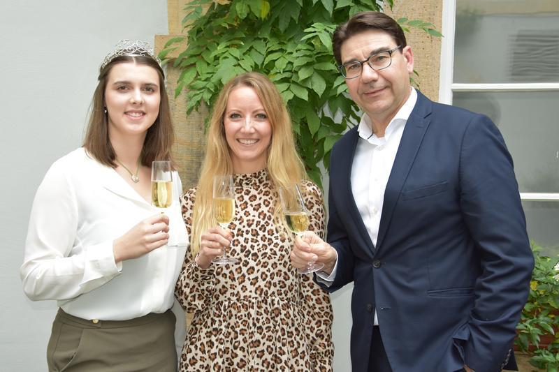 Oberbürgermeister Thomas Hirsch gemeinsam mit der amtierenden Weinprinzessin Alicia I. (l.) und der neuen Landauer Weinhoheit Manuela Konz.