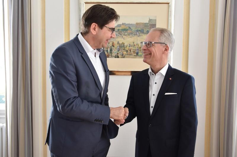 Schwarmstadt trifft Schwarmverband: Oberbürgermeister Thomas Hirsch (l.) und der Regionalvertreter des Bundesverbands mittelständische Wirtschaft, Lothar Schmidt, kamen jetzt zu einem Austausch im Landauer Rathaus zusammen.