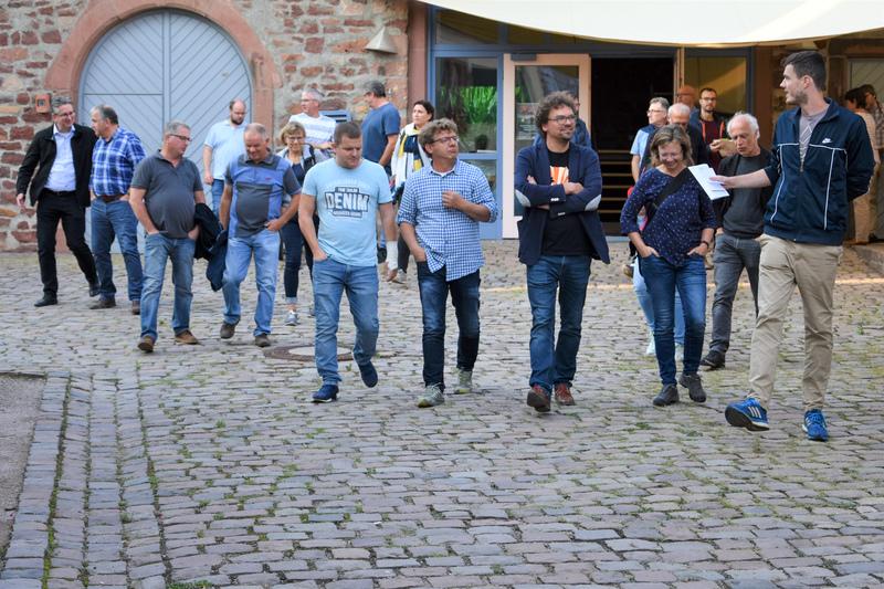 Die Stadt Landau lässt individuelle Gestaltungssatzungen für jedes Stadtdorf erstellen. Im Vorfeld lädt sie interessierte Bürgerinnen und Bürger zu Spaziergängen durch die einzelnen Ortsteile ein – wie auch hier beim gut besuchten Auftaktspaziergang in Arzheim.