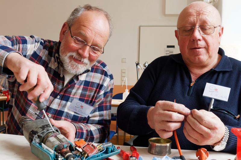 Eine von vielen Möglichkeiten, sich in Landau ehrenamtlich zu betätigen: Das Repair-Café des Vereins Seniorenbüro – Ehrenamtsbörse.