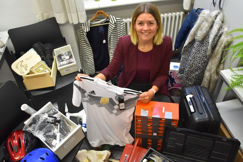 Angelina Wind vom städtischen Bürgerbüro mit einer Auswahl der rund 100 Fundsachen, die vom 21. Oktober bis 2. November versteigert werden.