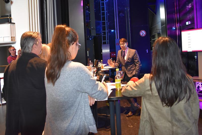 Großes Medieninteresse: In der Jugendstil-Festhalle stellte OB und Stadtholding-Geschäftsführer Thomas Hirsch die 20-Jahre-Bilanz der Stadtholding Landau in der Pfalz GmbH vor.