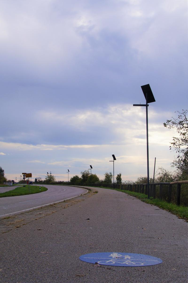 Insgesamt 18 Solarleuchten säumen ab sofort den Fußgänger- und Radweg zwischen Landau und Godramstein.