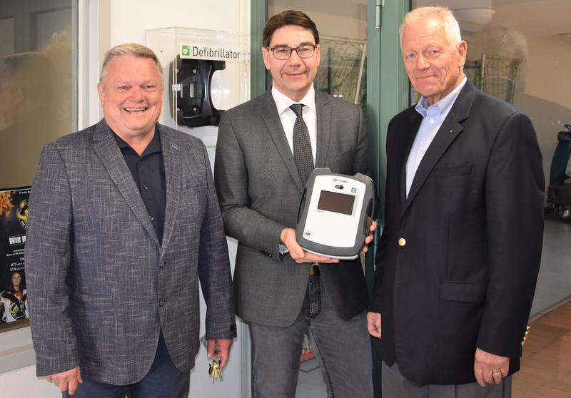 Herzenssache: Im Beisein von IGS-Schulleiter Ralf Haug (l.) überreichte GUMMI-MAYER-Geschäftsführer Hans Mayer (r.) jetzt einen Defibrillator für das Schulzentrum Ost an Oberbürgermeister Thomas Hirsch.