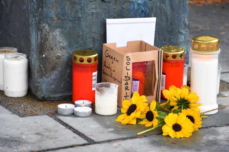 Nach dem Terrorakt von Halle hatten Landauerinnen und Landauer Blumen und Kerzen am Synagogenmahnmal niedergelegt. Hier findet jährlich auch die Gedenkfeier der Stadt am Jahrestag der Reichspogromnacht statt.