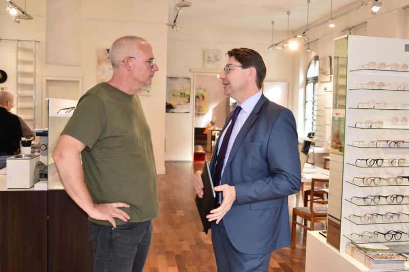 """OB Thomas Hirsch (r.) stattete dem """"Haus des Sehens"""" am Landauer Obertorplatz jetzt einen Besuch ab und ließ sich von Geschäftsinhaber Martin Mütsch (l.) über aktuelle Entwicklungen informieren."""