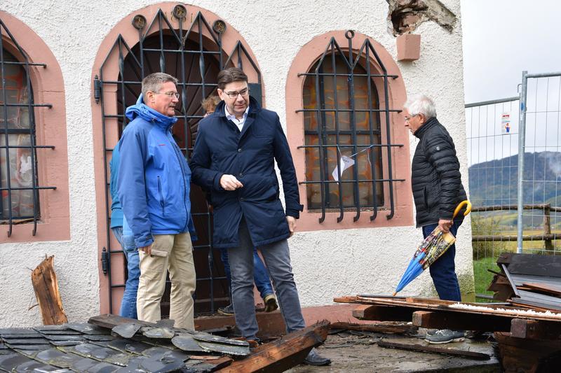 Oberbürgermeister Thomas Hirsch (2.v.l.) machte sich jetzt gemeinsam mit Dekan Axel Brecht (l.), dem früheren OB Dr. Christof Wolff (r.) sowie Ortsvorsteher Klaus Kißel und Ortsbürgermeister Peter Jean (beide verdeckt) ein Bild vom Ausmaß der Zerstörung auf der Kleinen Kalmit.