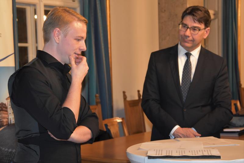 Lukas Hartmann (l.) bei seiner Vereidigung als neuer hauptamtlicher Beigeordneter der Stadt Landau durch OB Thomas Hirsch.