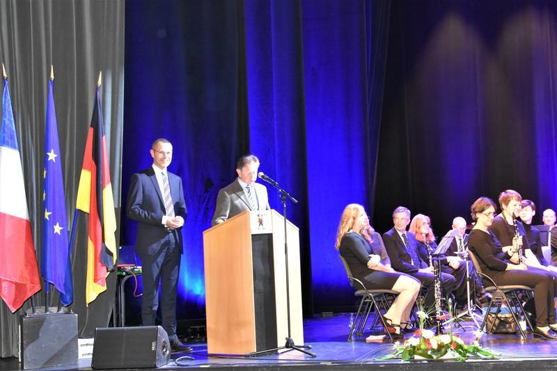 Zu Gast bei Freunden: Jean-Louis Christ, Bürgermeister von Ribeauvillé, und Landaus Bürgermeister Dr. Maximilian Ingenthron begrüßten die Musikerinnen und Musiker sowie das Publikum beim Gastspiel der Stadtkapelle Landau in Ribeauvillé.