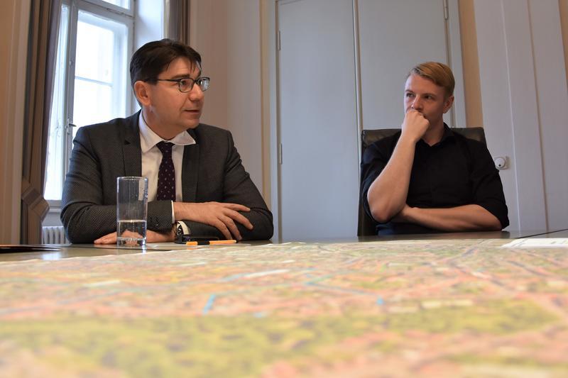 Oberbürgermeister Thomas Hirsch (l.) und Mobilitätsdezernent Lukas Hartmann bei der Vorstellung der Planungen zur zukünftigen Mobilität in der Landauer Innenstadt.