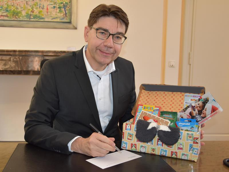 """Landaus OB Hirsch unterstützt auch in diesem Jahr gerne die Aktion """"Weihnachtspäckchenkonvoi"""" der Round-Table-Familie."""