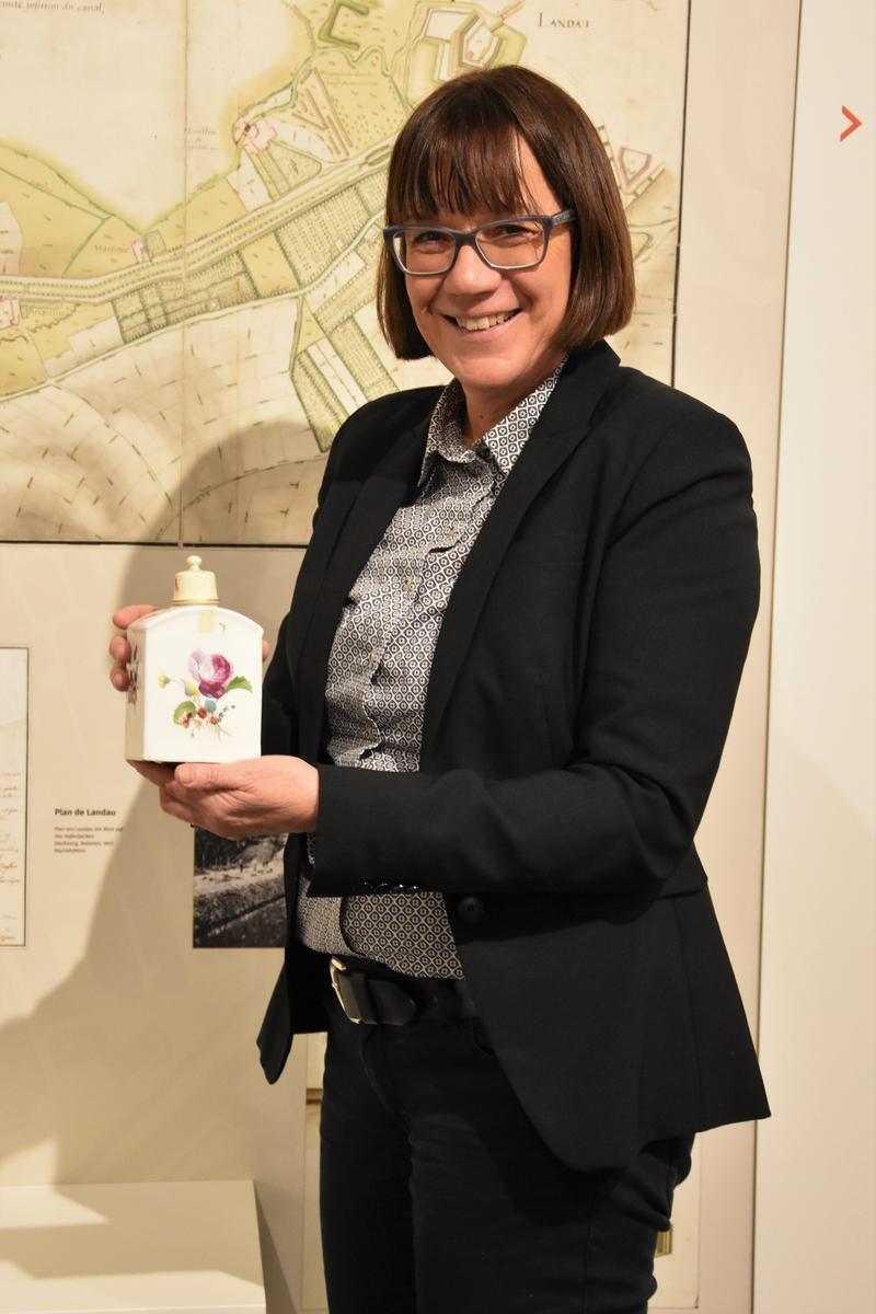 """Museumsleiterin Christine Kohl-Langer mit einem Exponat der Sonderausstellung """"Faszination Porzellan. Made in Frankenthal""""."""