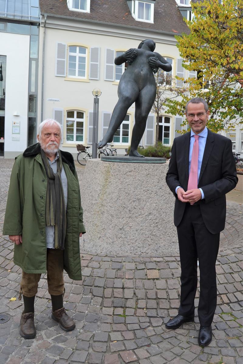 Bürgermeister Dr. Maximilian Ingenthron (r.) gemeinsam mit Künstler Martin Mayer an der Landavia auf dem Martha-Saalfeld-Platz in der Landauer Innenstadt.
