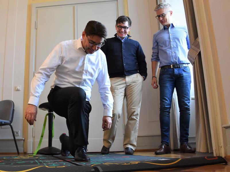 """In Action: OB Thomas Hirsch (l.) und Wirtschaftsförderer Martin Messemer (r.) unterzogen die """"Perform-Mat"""" der Firma Effit von Geschäftsführer Fritz Grünewalt (M.) jetzt einem Praxistest."""