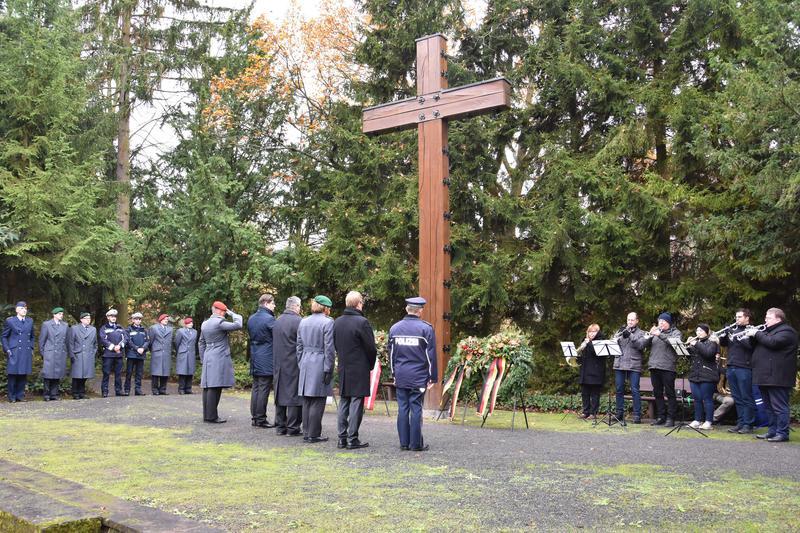 Im Anschluss an die Gedenkstunde wurde ein Kranz am Hochkreuz des Ehrenfelds für die Gefallenen der Weltkriege niedergelegt.