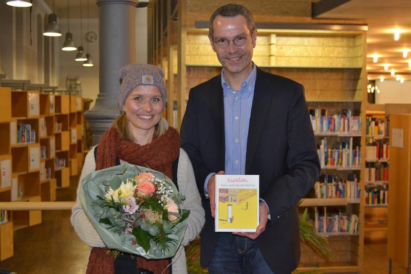 Bürgermeister Dr. Maximilian Ingenthron gemeinsam mit Vorleserin Jaqueline Konrad beim bundesweiten Vorlesetag in der Landauer Stadtbibliothek.