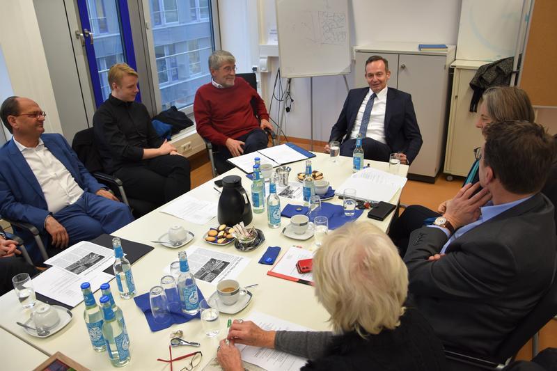 Der rheinland-pfälzische Wirtschaftsminister Dr. Volker Wissing, Landaus Universitätsdezernent Lukas Hartmann und Mitglieder des Freundeskreises der Universität Landau tauschten sich jetzt zur geplanten Fusion der Hochschulstandorte Landau und Kaiserslautern aus.